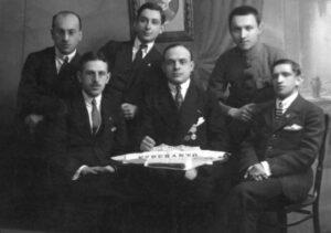Gruppenfoto der Vorstandsmitglieder des Vereins mit ihrem Gast Leon Agourtine aus Frankreich. Rückseitig genannt: J. Sapiro, F. Kurjanski, S. Liberman, S. Kaplan, R. Platzek