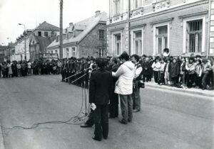 Zdjęcie: Uroczyste odsłonięcie tablicy na VI LO, 1987 r.